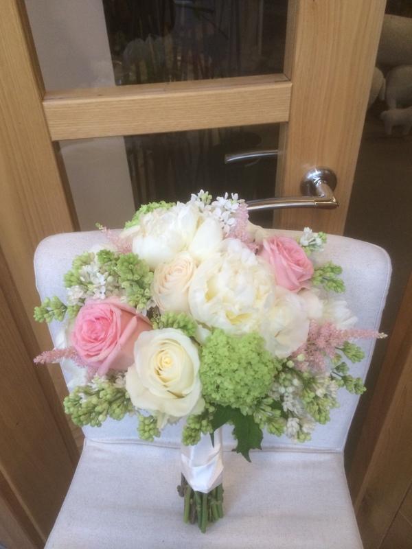 Rosas blancas, rosas salmón, peonias, viburnium....