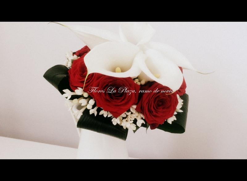 Ramo de novia de calas y rosas rojas
